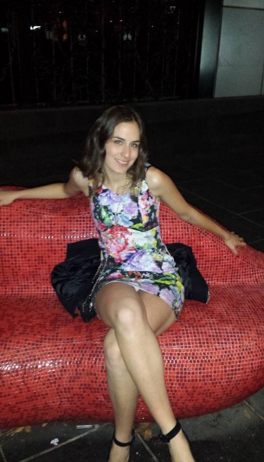 Девушка засветила трусики под коротким мини-платьем