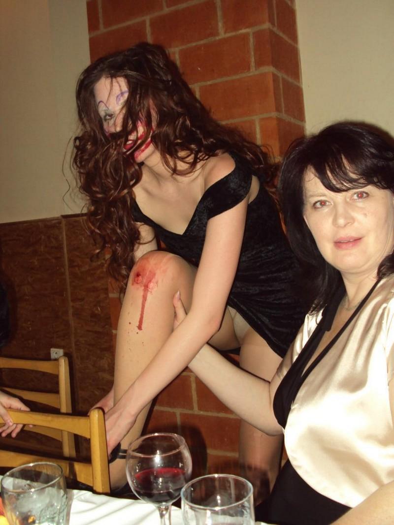 Девушка засветила на Хеллоуин трусики под колготками