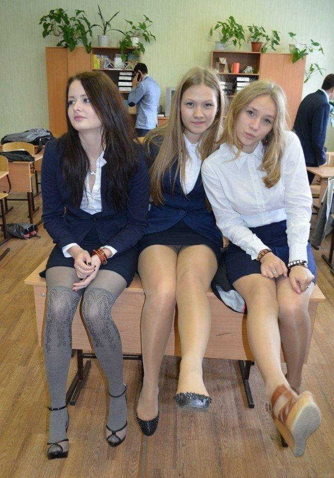 Школьница засветила колготки под черной мини-юбкой