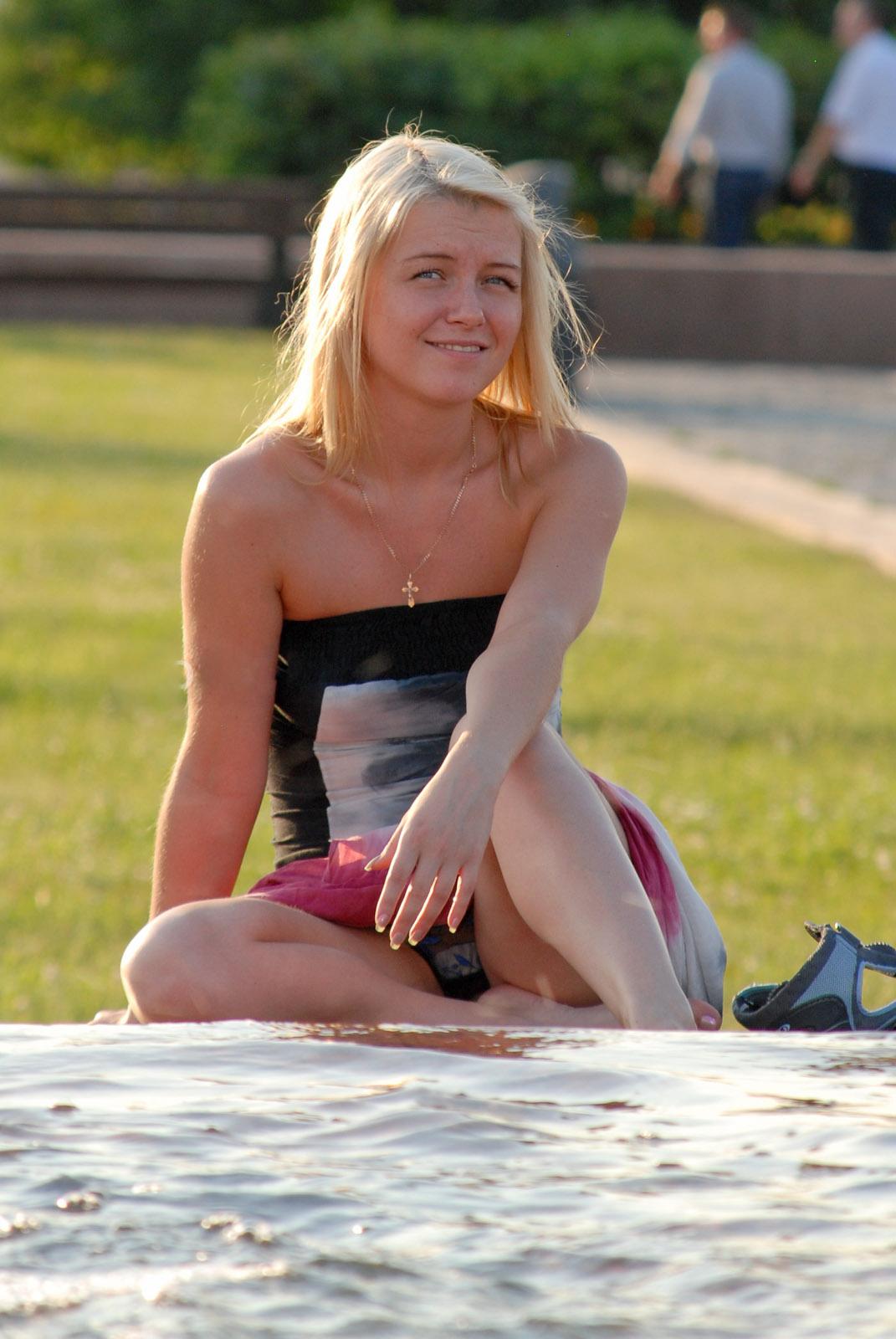 Блондинка засветила у фонтана прозрачные трусики с прокладкой