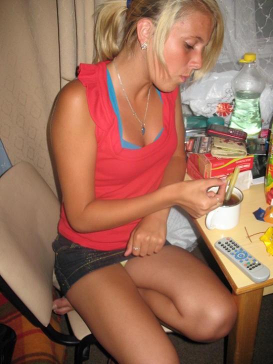 Блондинка в джинсовой мини-юбке засветила желтые трусики