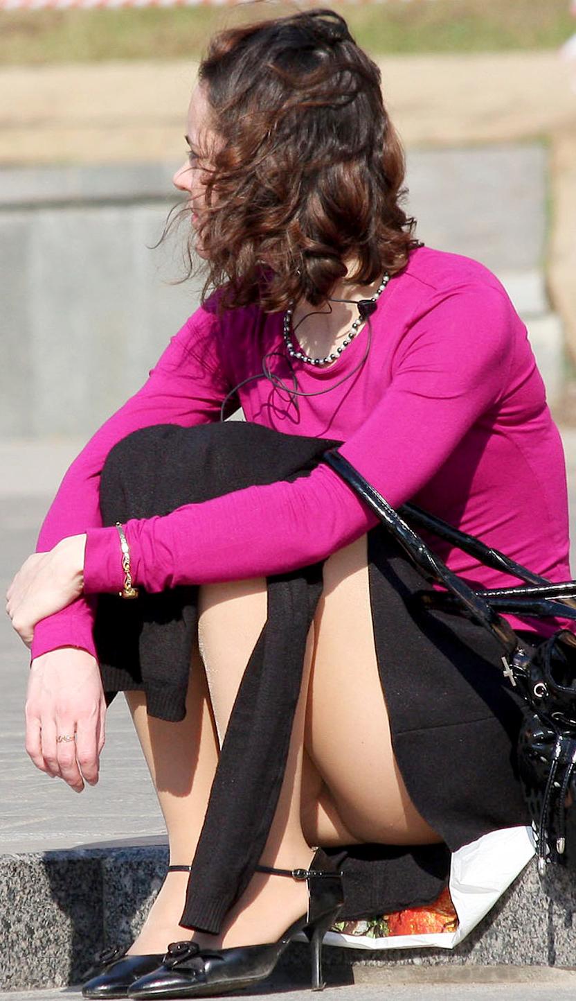 Сексуальная девушка в черной юбке и колготках засветила попку