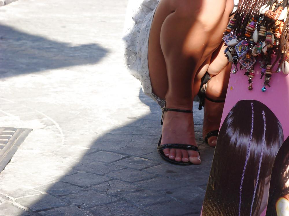 Девушка в белом платье засветила на рынке свою промежность