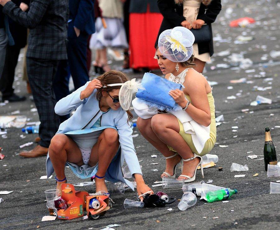 Девушка в голубом платье засветила белые трусики в горошек