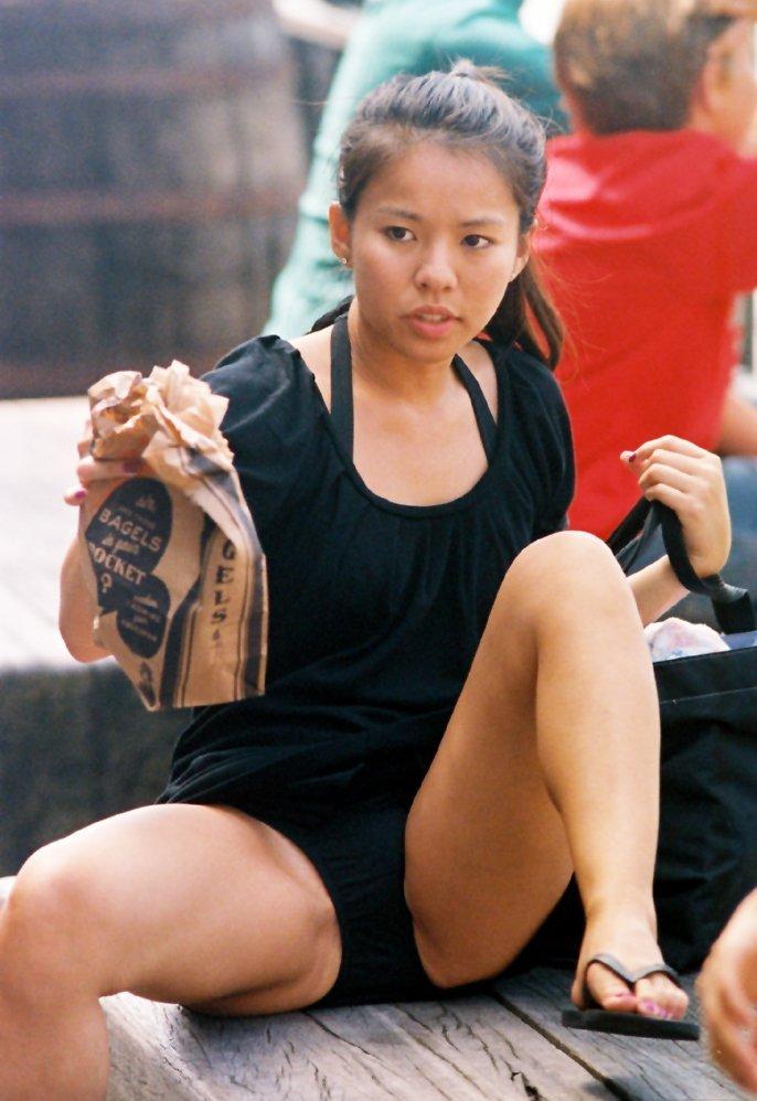 Азиатка в коротком мини-платье засветила черные трусики