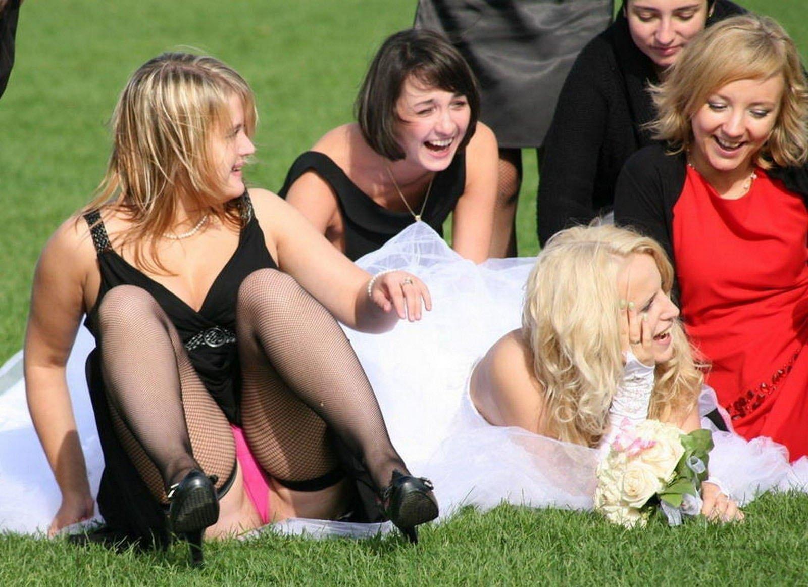 Девушка в черном платье засветила розовые трусики