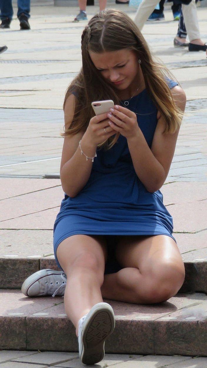 Девушка в коротком синем платье засветила черные трусики
