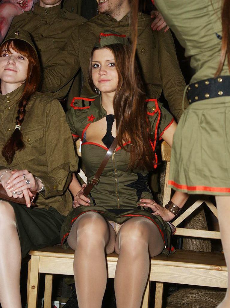 Девушка в военной форме засветила трусики под колготками