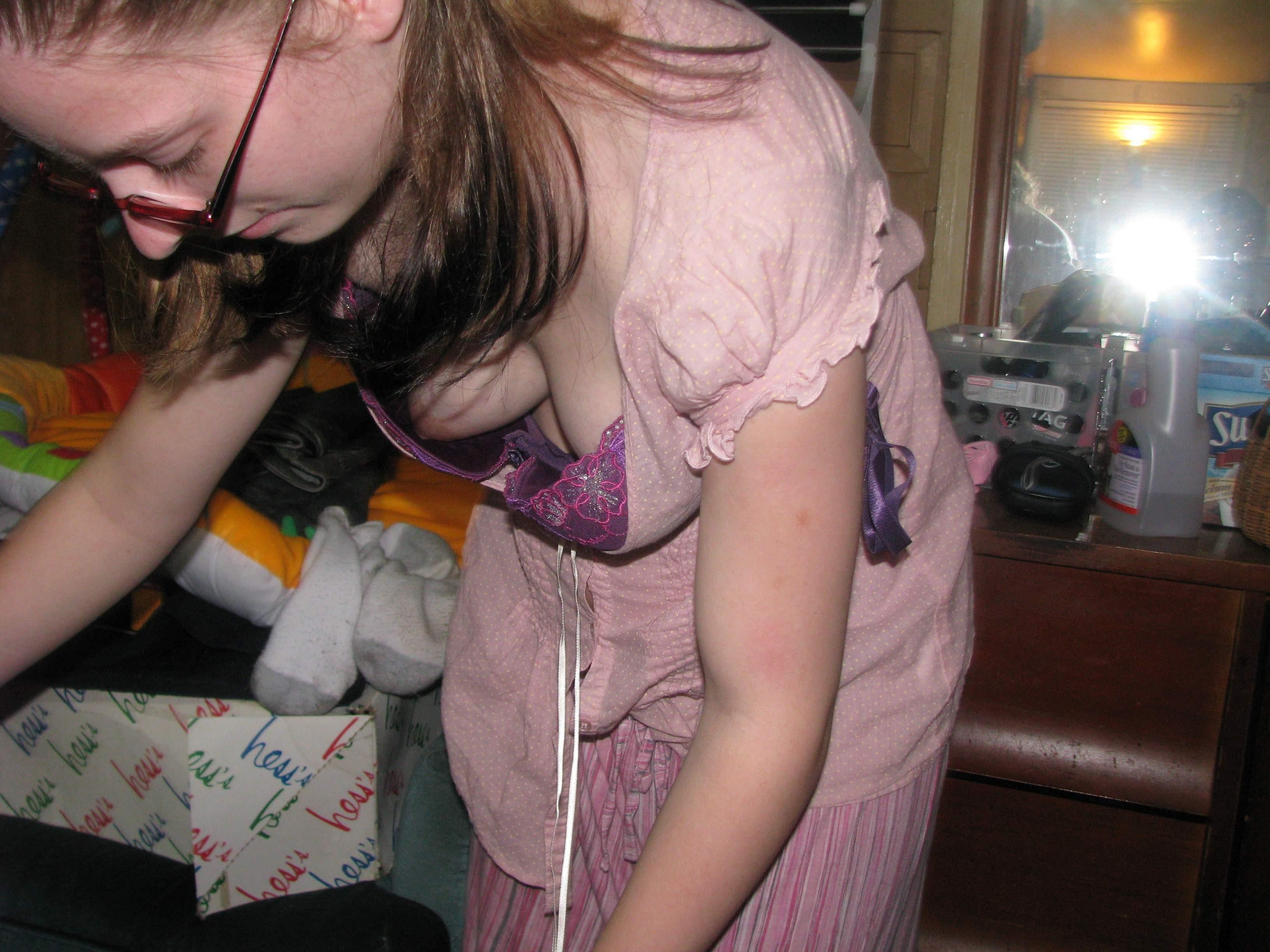 Девушка в очках засветила под блузкой свою грудь