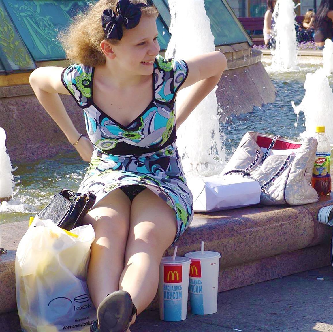 Рыжеволосая девушка засветила у фонтана черные кружевные трусики