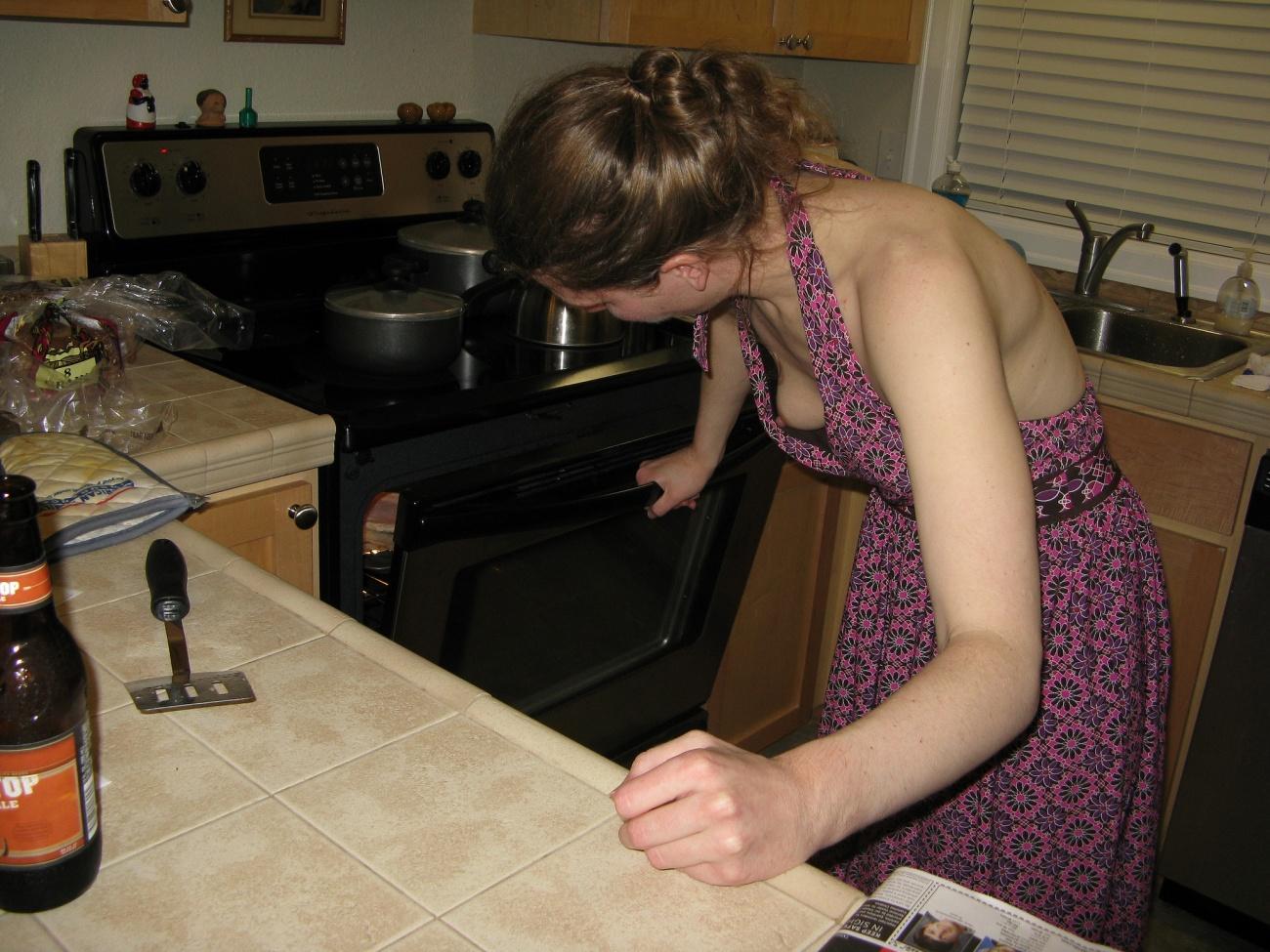 Девушка засветила грудь приготавливая завтрак на кухне