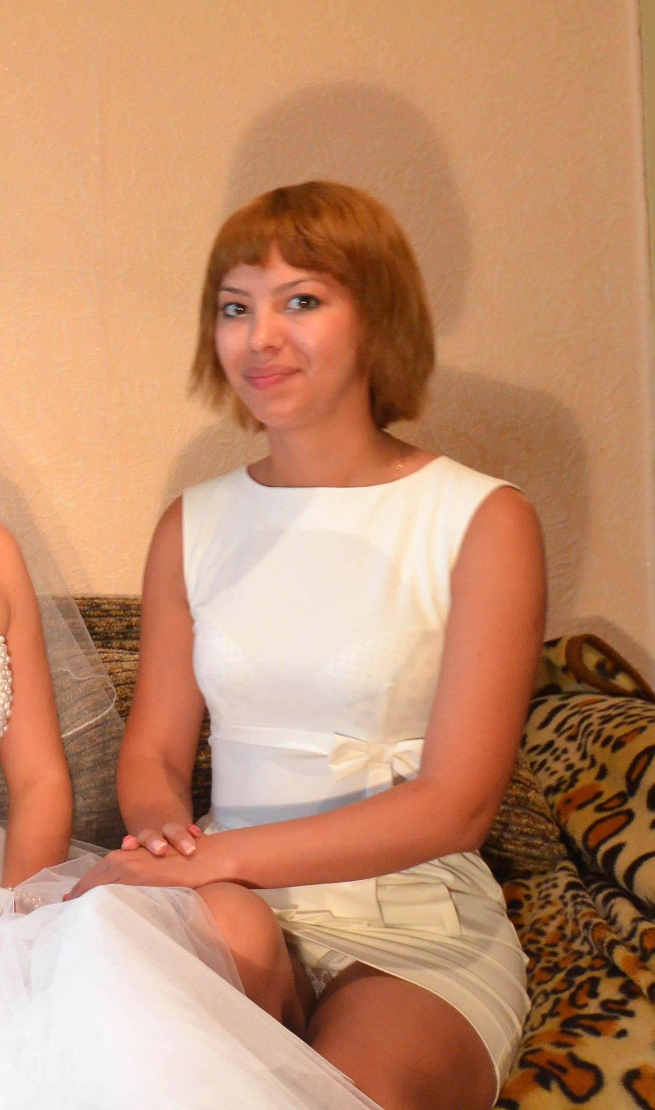 Девушка в белой мини-юбке засветила прозрачные трусики