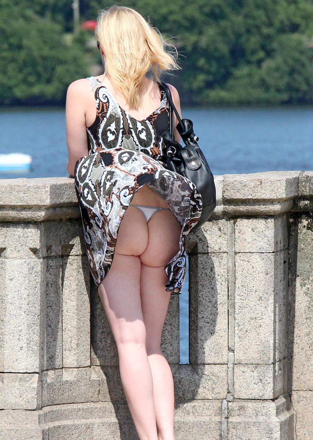 Блондинка засветила под платьем попку с белыми стрингами