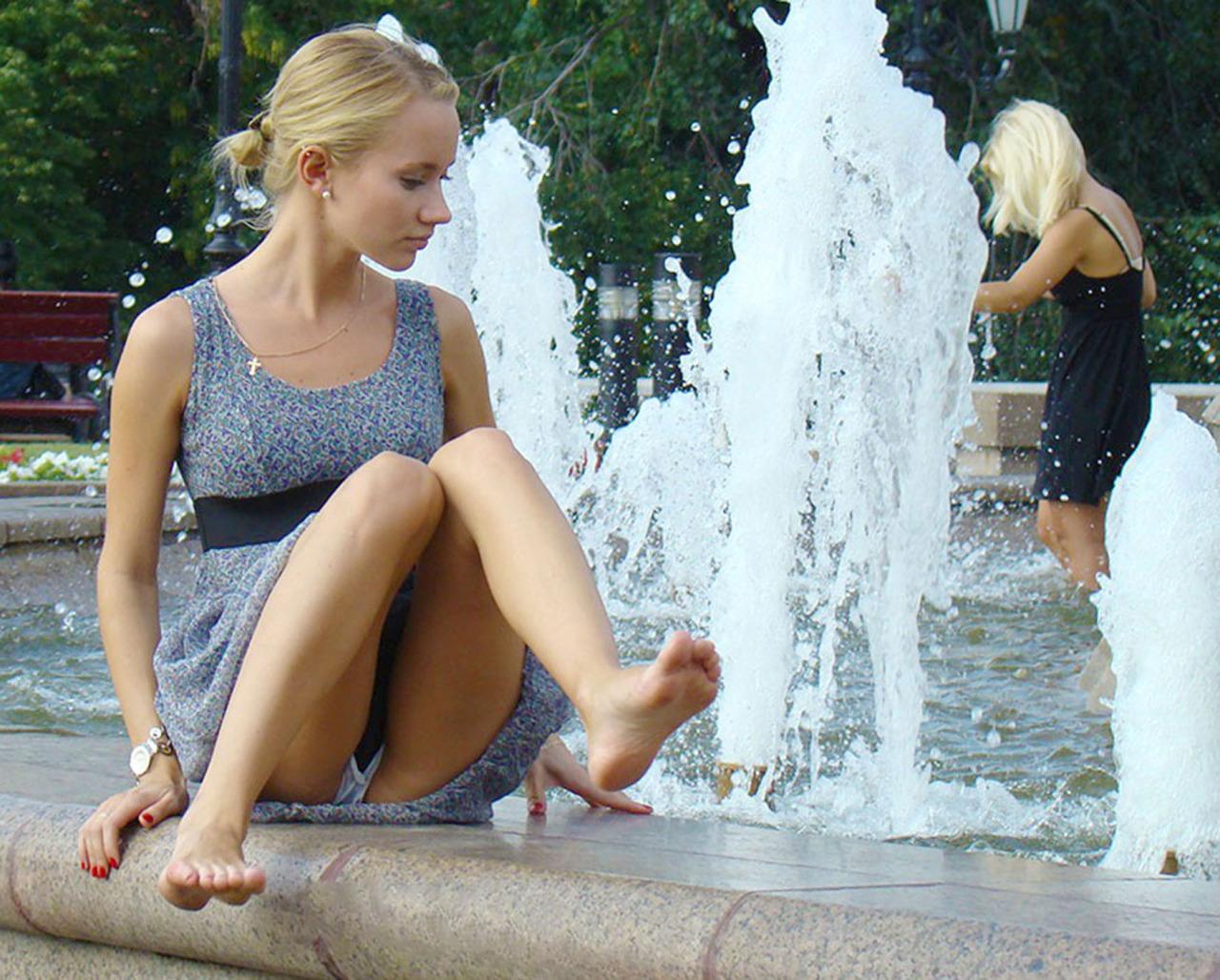 Блондинка засветила у фонтана трусики с прокладкой