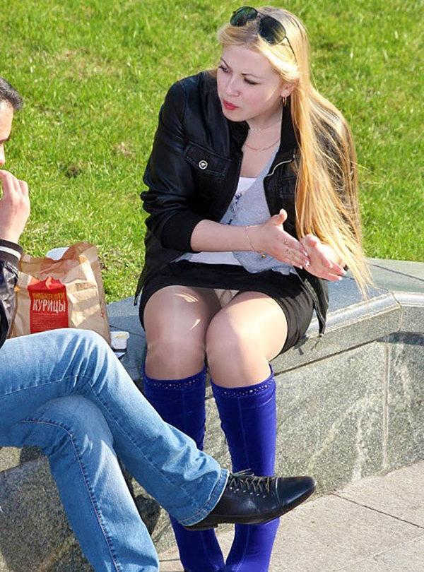 Блондинка в мини-юбке засветила трусики под колготками