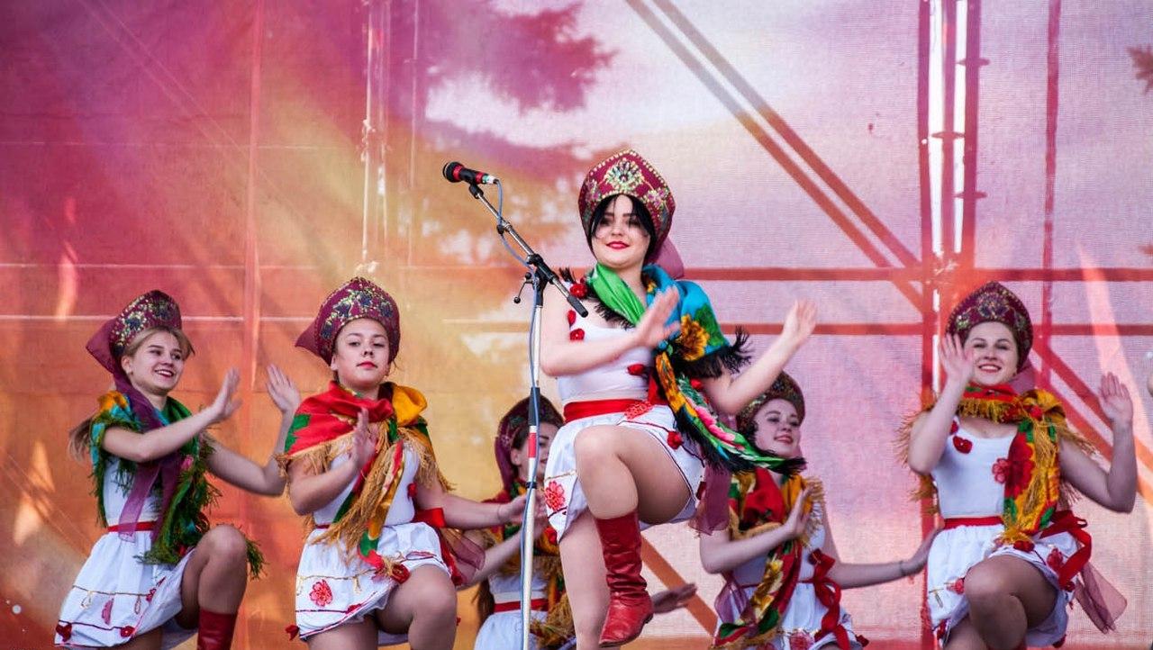 Девушки светят трусиками на праздновании Пасхи