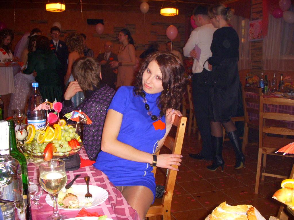 Сексуальная девушка в синем платье засветила колготки в кафе