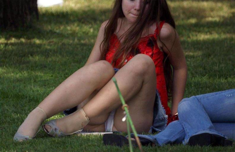 Девушка в джинсовой мини-юбке засветила белые трусики