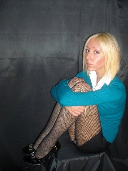 Блондинка в колготках засветила трусики под юбкой