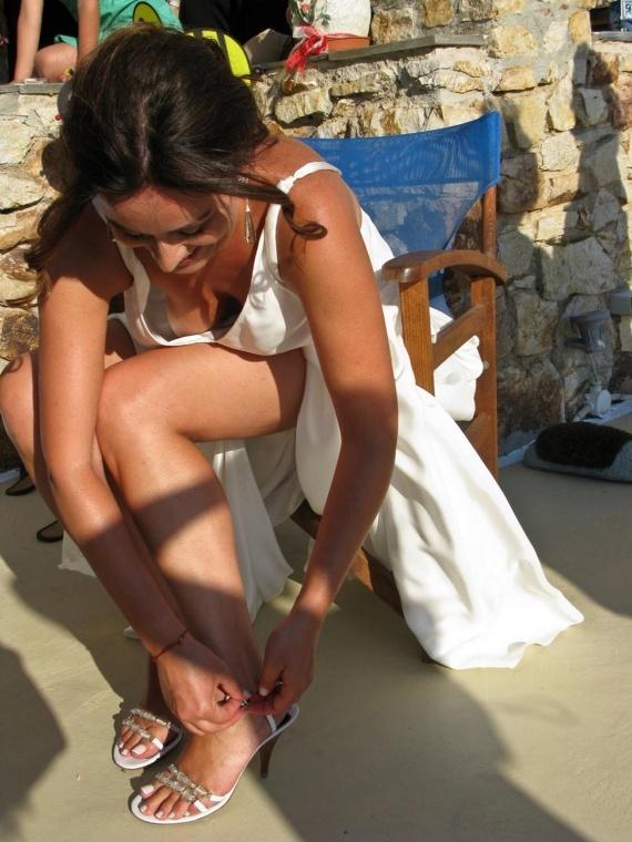 Брюнетка в белом платье засветила свою грудь
