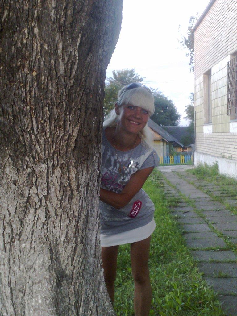 Блондинка в мини-юбке засветила киску ВКонтакте