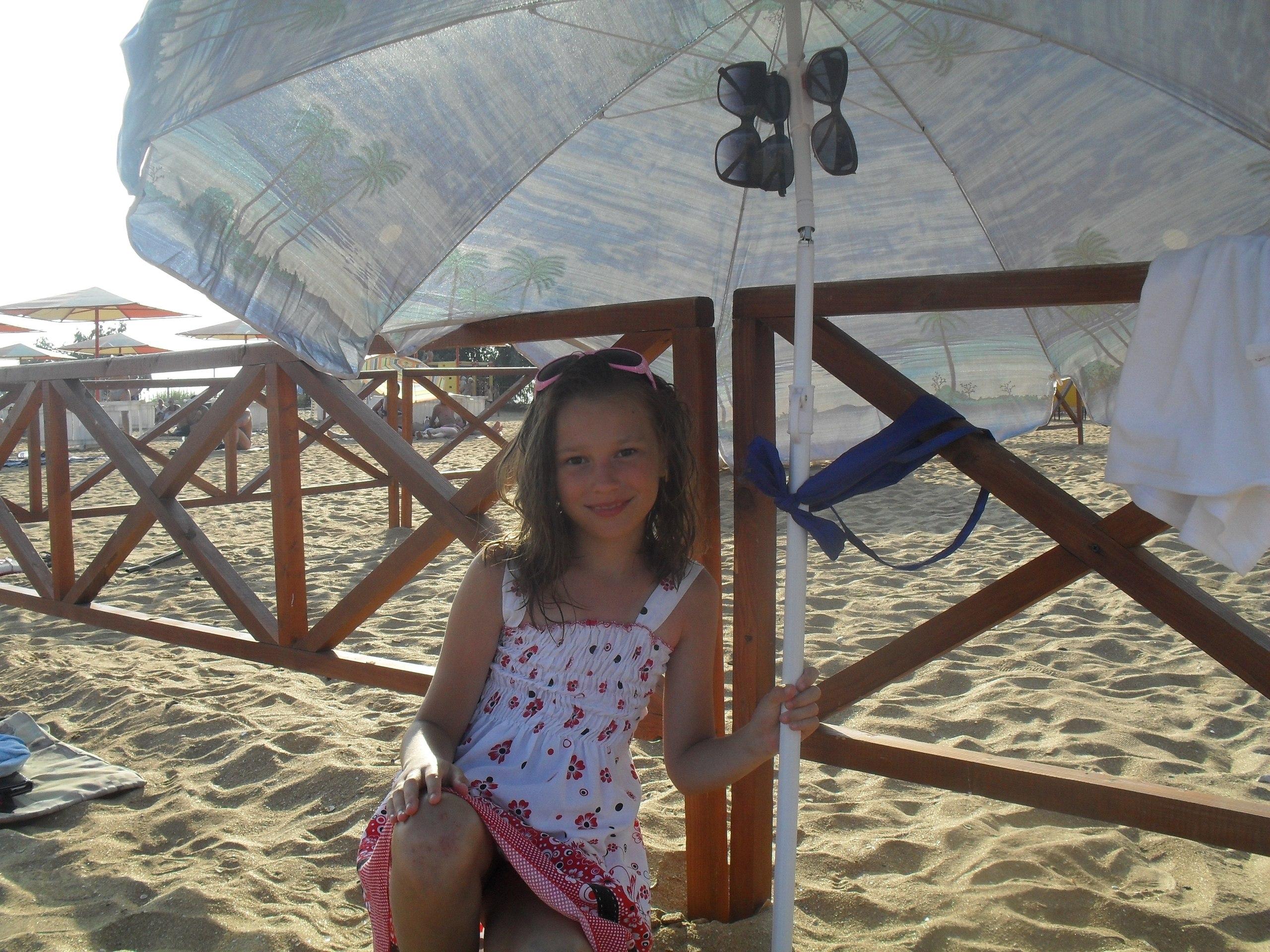Малолетка засветила на пляже под платьем свою киску