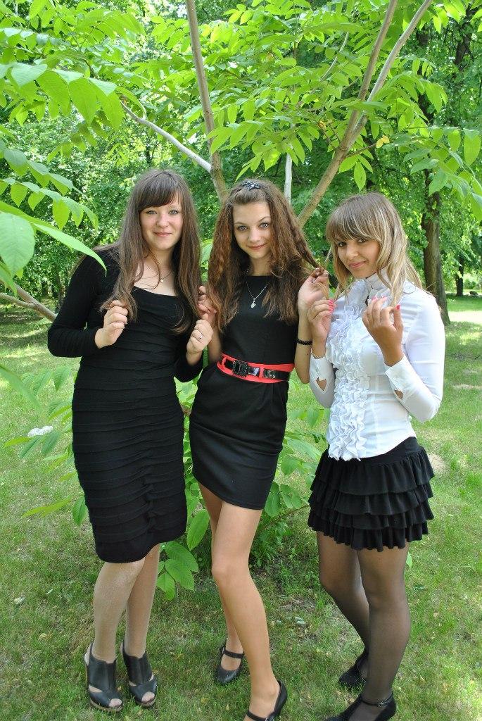 Школьница засветила колготки под черным коротким платьем