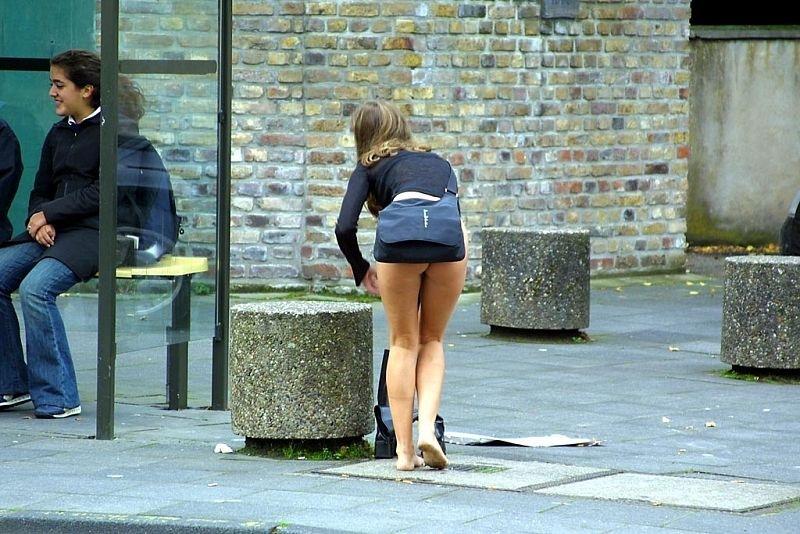 Девушка в мини-юбке засветила на остановке свою попку