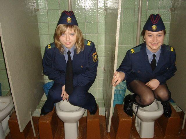 Выпускницы МВД писают в туалете