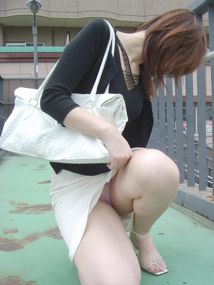 Девушка в короткой юбке и засветила розовые трусики
