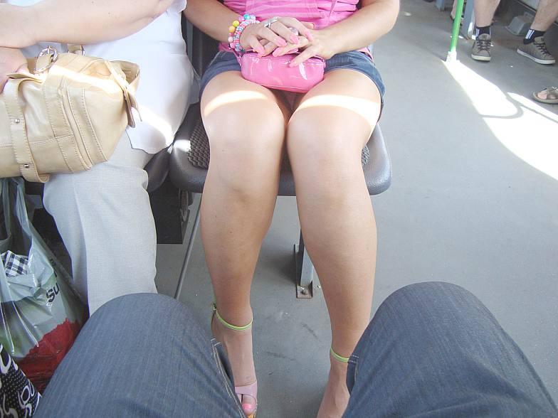 Русская под юбкой в автобусе