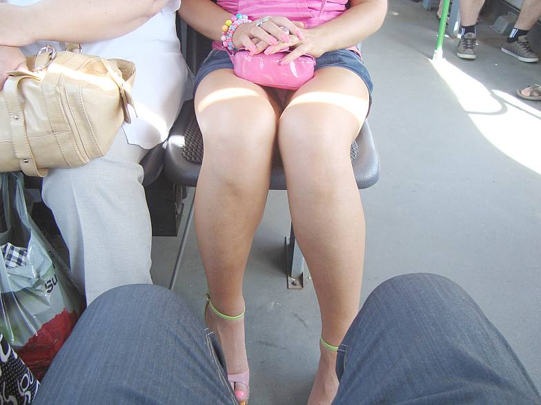 Девушка засветила трусики сидя в автобусе