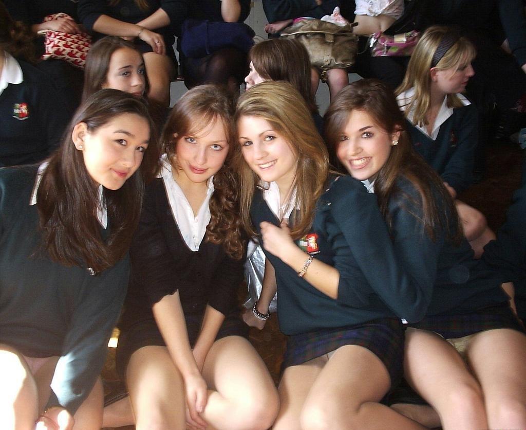 Школьницы в мини-юбках светят трусиками под колготками