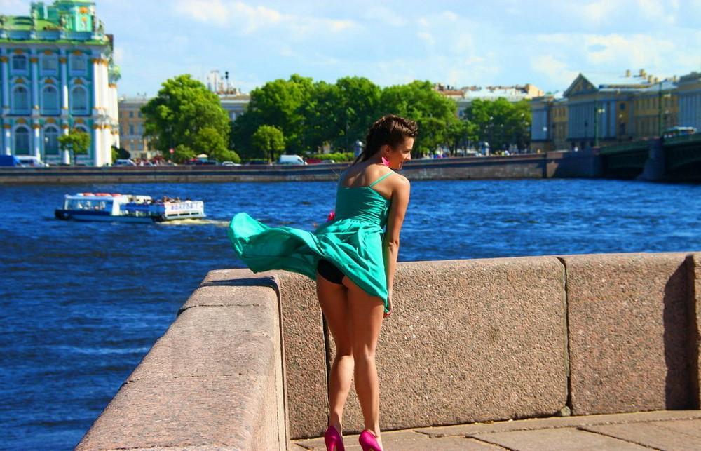 Девушка в голубом платье засветила на ветру черные трусики