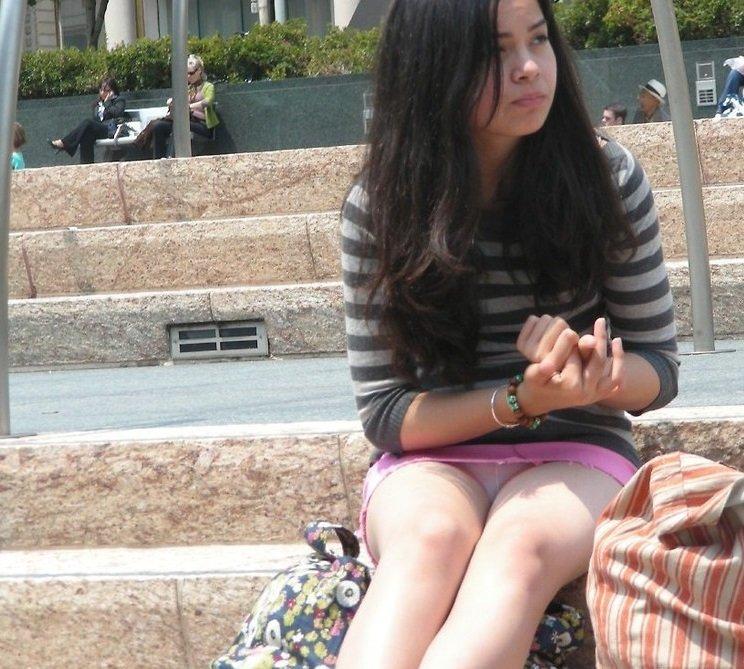 Сексуальная девушка засветила белые трусики под розовой мини-юбкой