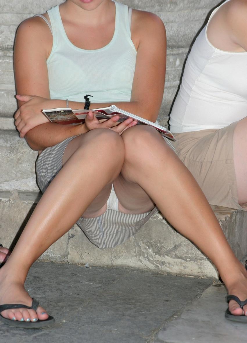 Девушка в серой юбке в полоску засветила белые трусики