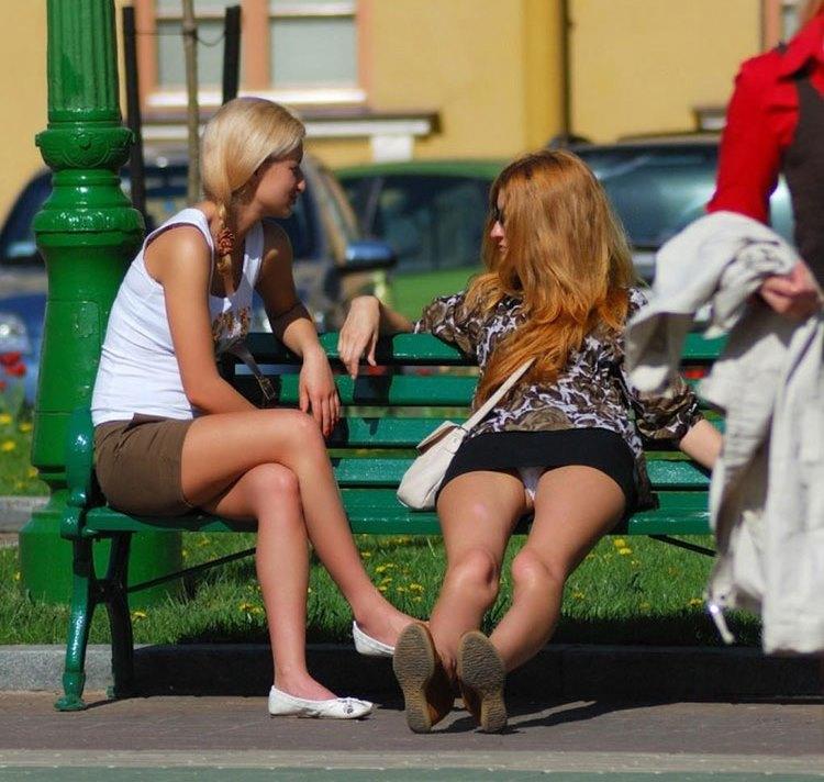 Белые трусики под юбкой рыжеволосой девушки
