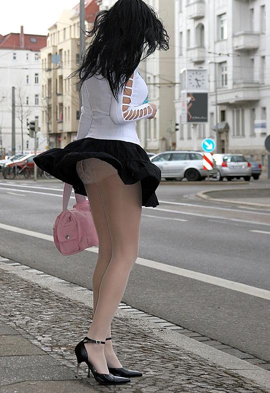 Фото девушек с красивой попкай в чёрных юбках.