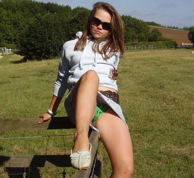 Девушка в джинсовой юбочке засветила зеленые трусики