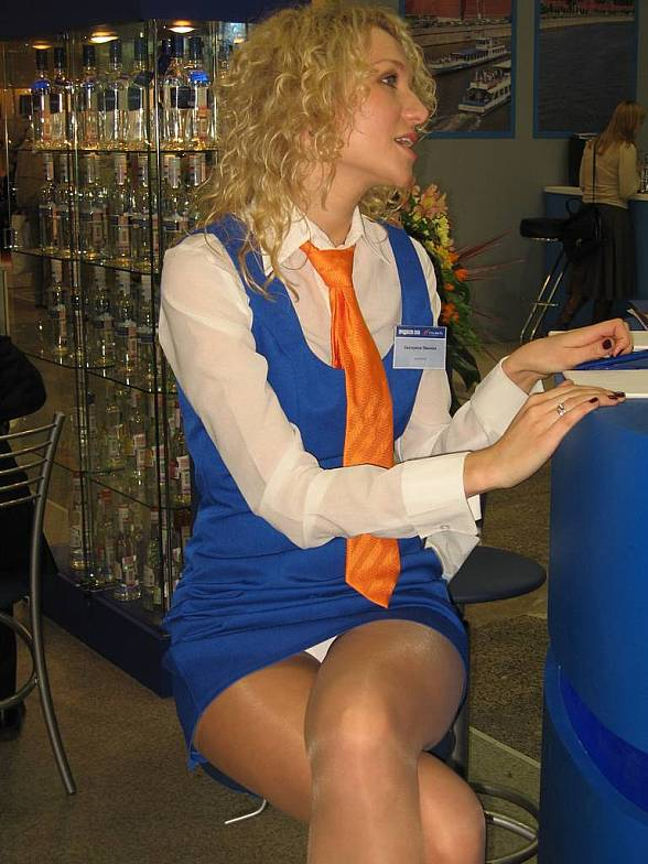 Сексуальная блондинка засветила белые трусики под синим мини-платьем