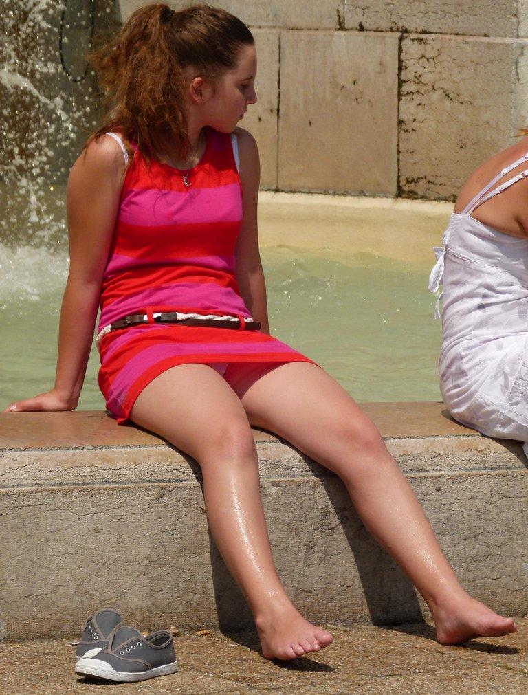 Возбуждающее подглядывание под юбку широкобёдрой красотки