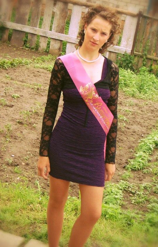 Выпускница в мини-платье засветила белые трусики