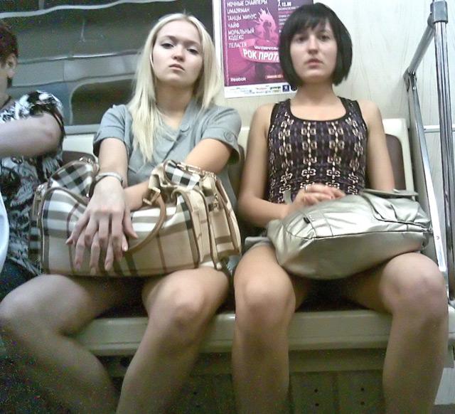 Две девушки в мини-юбках раздвинули ножки в метро
