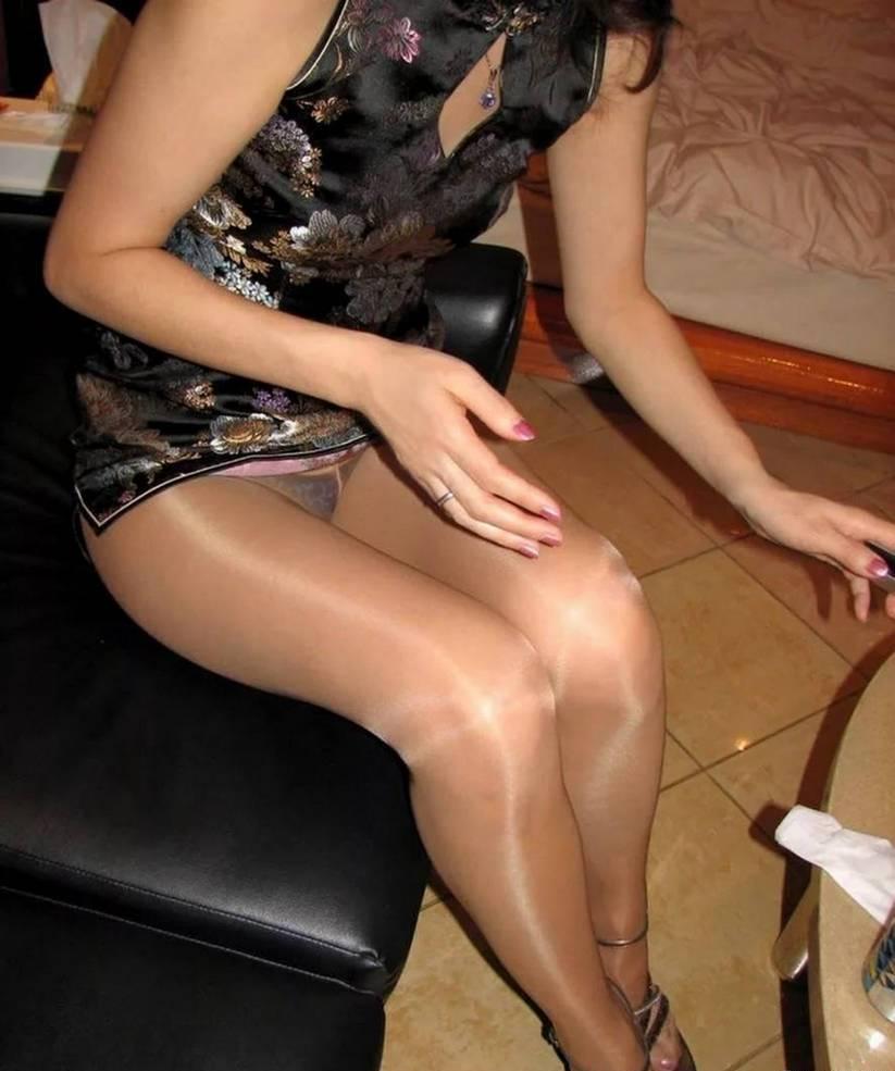 Девушка в мини-платье засветила трусики под колготками
