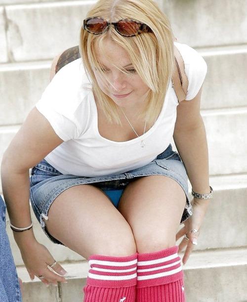 Блондинка в гетрах и мини-юбке засветила голубые трусики