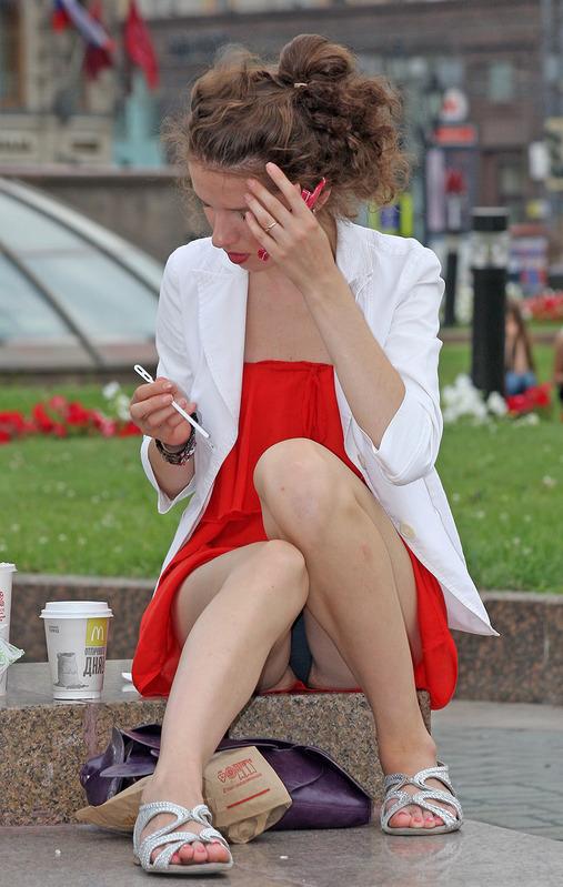 Девушка в красном платье засветила черные трусики