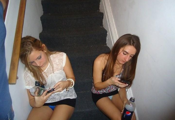 Две девушки в черных мини-юбках светят своими трусиками