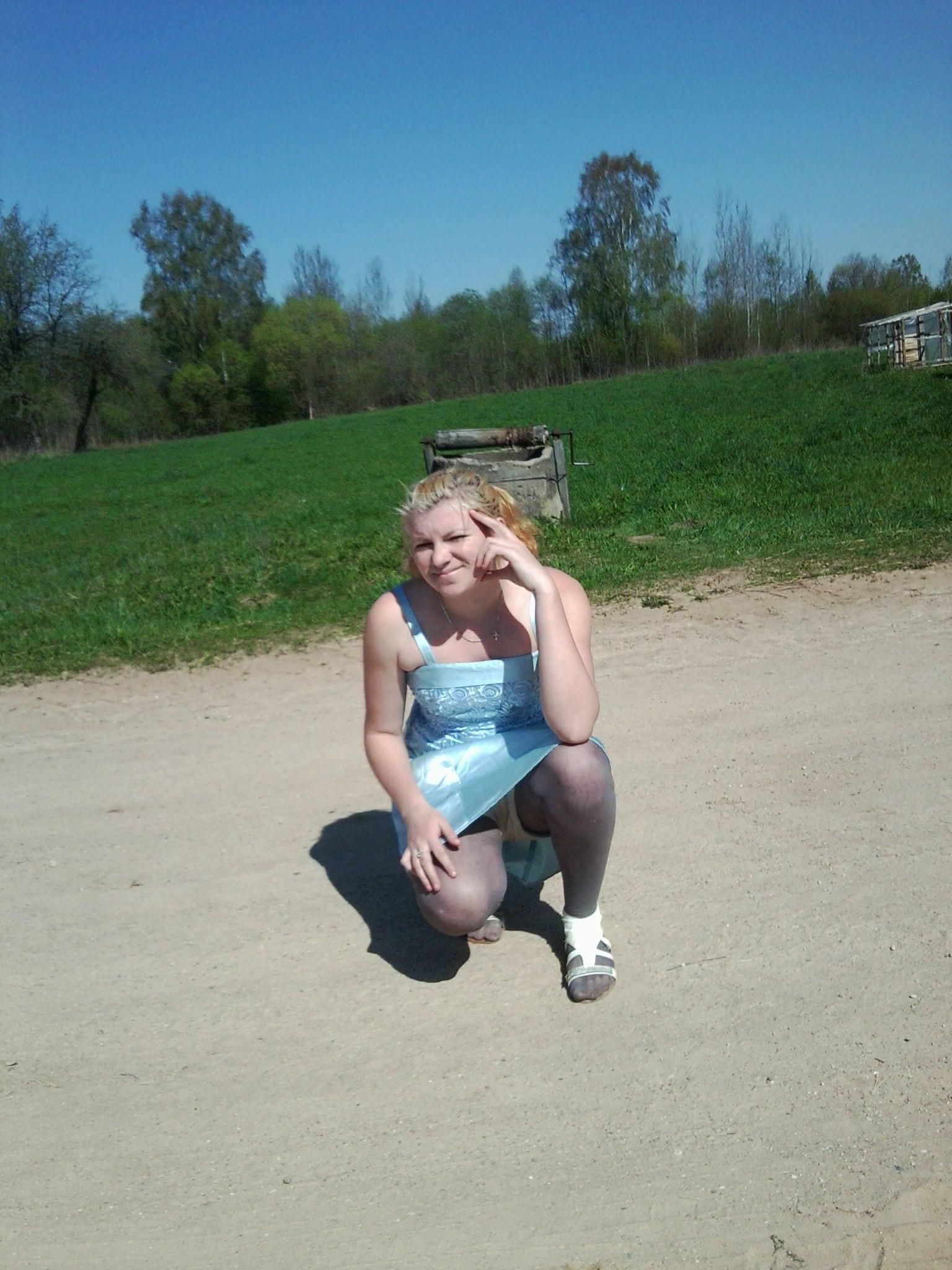 Фото девушек на корточках без трусов 21 фотография