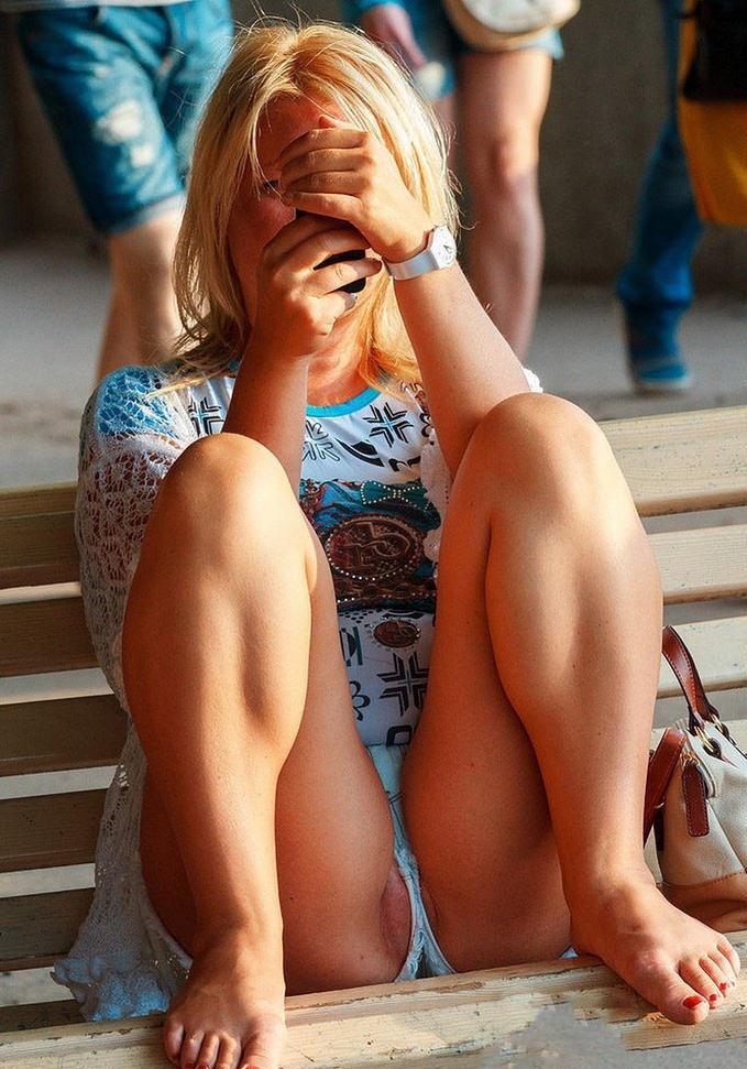 Блондинка в голубых шортиках засветила свою киску