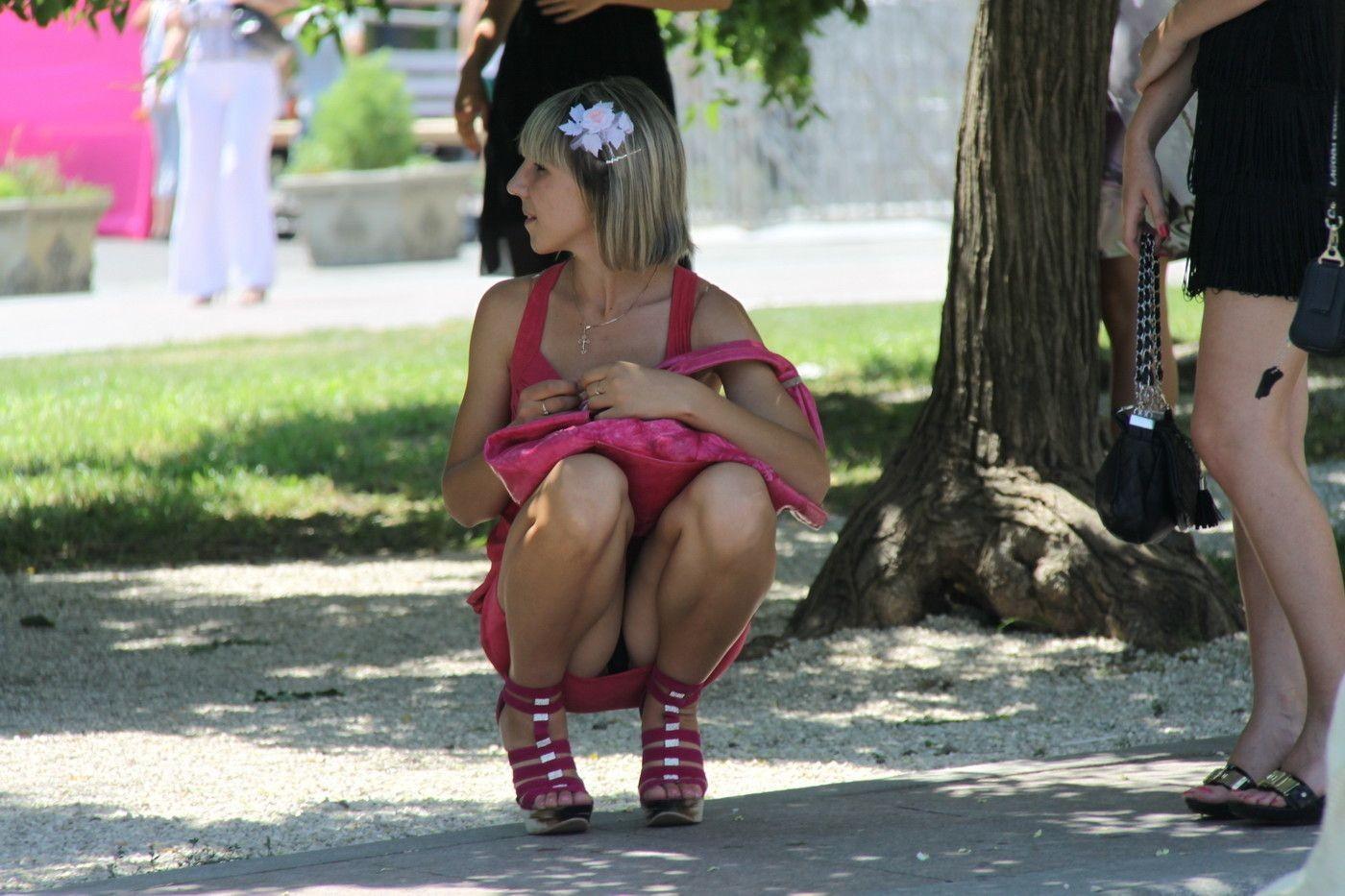 Девушка в розовом платье засветила черные трусики